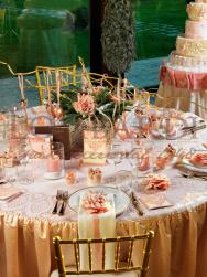 Tavolo rosa antico con tovaglia ricamata