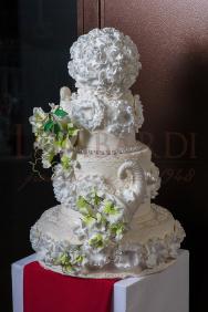 Torta_wedding_palle-con-fiori-bianchi